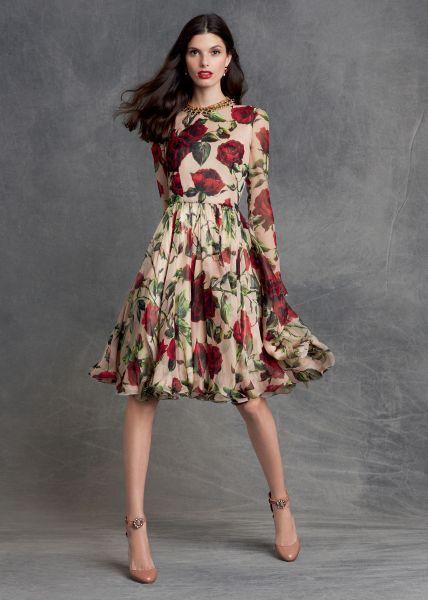 modelo usa vestido manga longa de flores, na cor bege e vermelho.