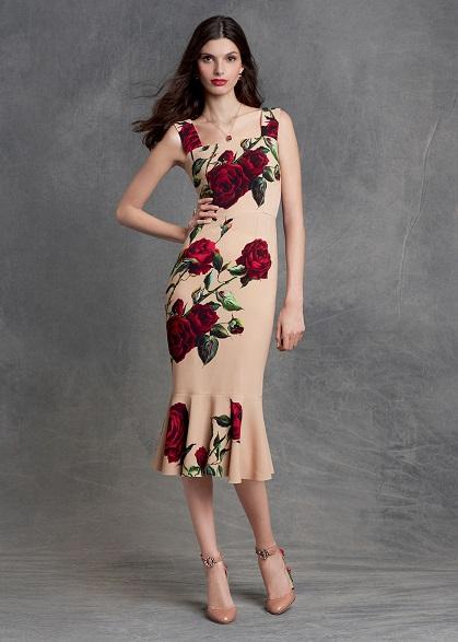 modelo usa vestido mais ajustado, nude com flores grandes.