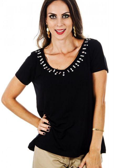 Modelo usa blusa preta de manguinhas, com detalhes simples de pedraias chanton na gola.