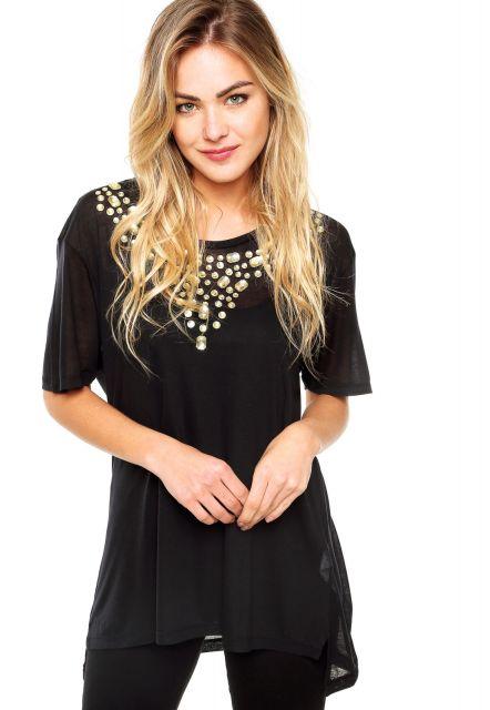 Modelo usa blusa preta de manguinhas, com detalhes de pedrarias com calça preta.