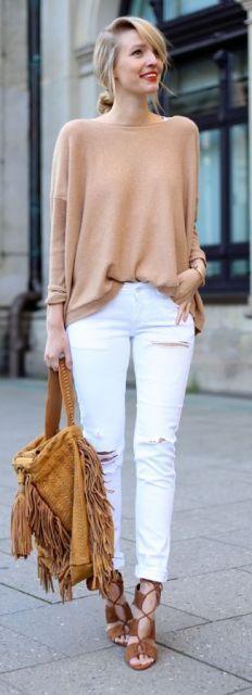 Modelo usa calça branca destroyed, bolsa caramelo, blusinha e sapato na mesma cor..
