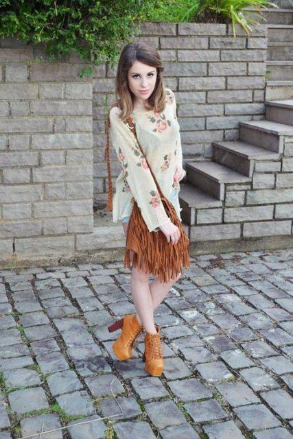 Modelo usa bora caramelo, bolsa na mesma cor e vestido florido.