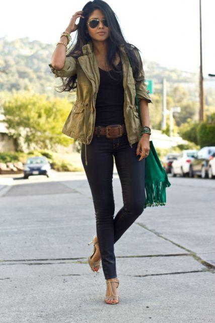 Modelo usa jaquetinha verde miilitar, calça jeans.
