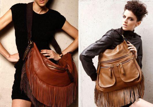 Montagem com modelos de blusa ´preta, com bolsa marrom de couro.