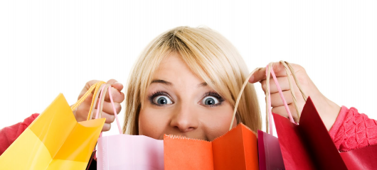 ilustração com mulher segurando sacolas de compras.