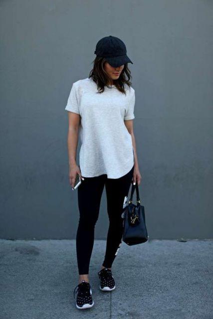 Modelo usa camiseta branca, leggig, tenis preto e boné feminino preto.