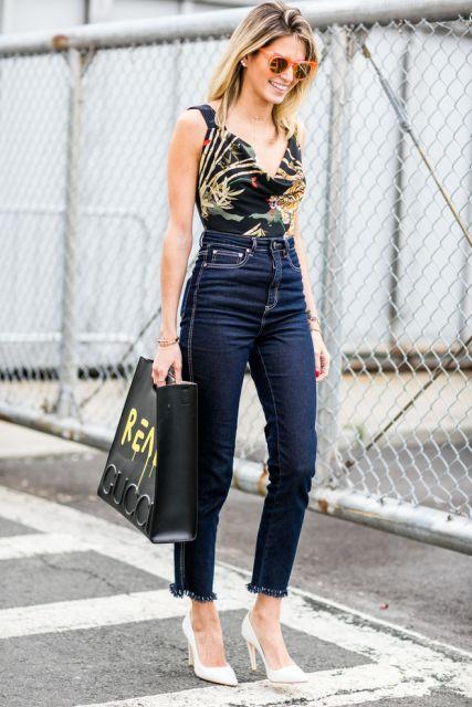 Modelo usa blusa de regatinha, calça cintura alta azul escuro e scarpin branco.