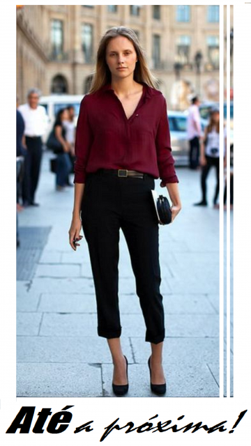 modelo usa calça preta cintura alta, blusa vermelha escuro e scarpin preto.