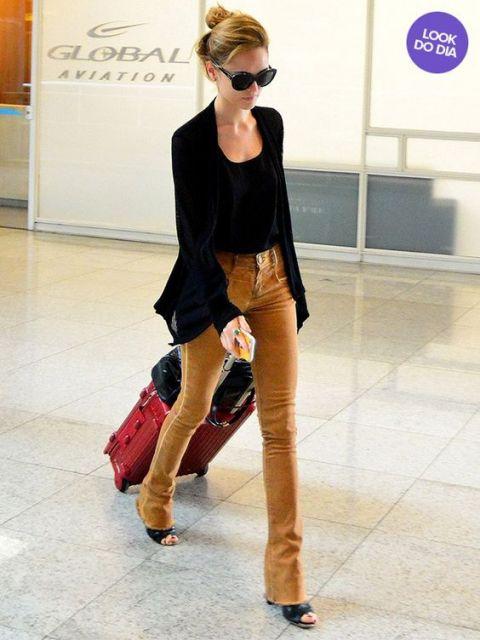Modelo usa calça suede  caramelo com blazer, sandália e blusa preta.