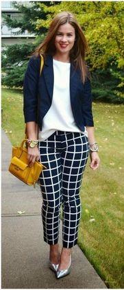 modelo usa calça xadrez, blazer preto, scarpin e bolsa amarela.