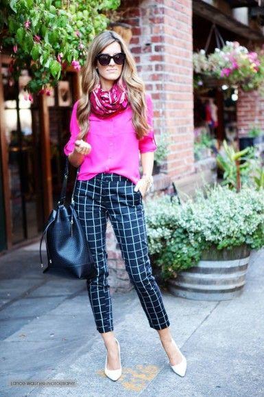 Modelo usa calça xadrez azul, blusa rosa, bolsa de couro e scarpin branco.
