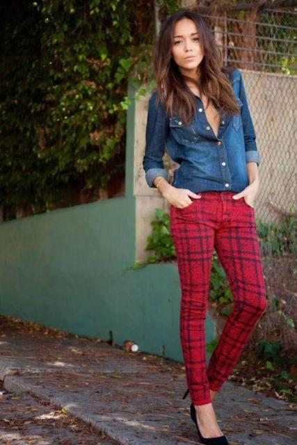 Modelo usa calça xadrez vermelha e camisa jeans.