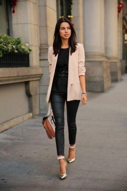 Modelo veste blazer rosê, calça de couro preta e blusa na mesma cor com bolsinha bege.