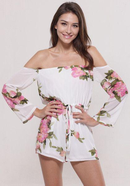 Modelo usa macaquinho branco, com flores com de rosa .