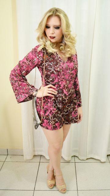 Modelo usa macaquinho estampado nas cores, rosa e marrom, bolsa cinza e sapato nude.