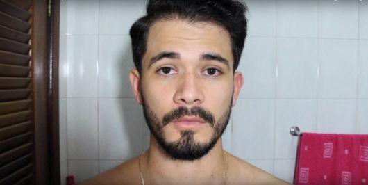 Homem com a barba feita de frente para a câmera