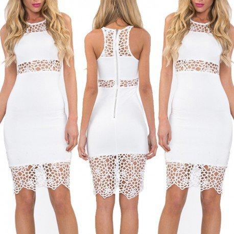 Modelo de vestido branco customizado em renda com transparencias.