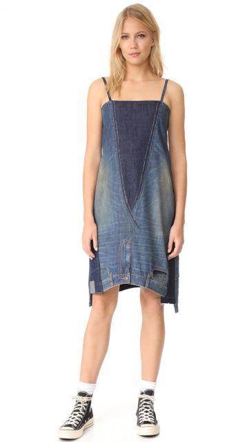 Modelo usa vestido de alcinha feito com calça jeans, combinado com tenis all star azul.