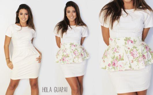 Modelo usa vestido branco com detalhe de tecido estampado. floral