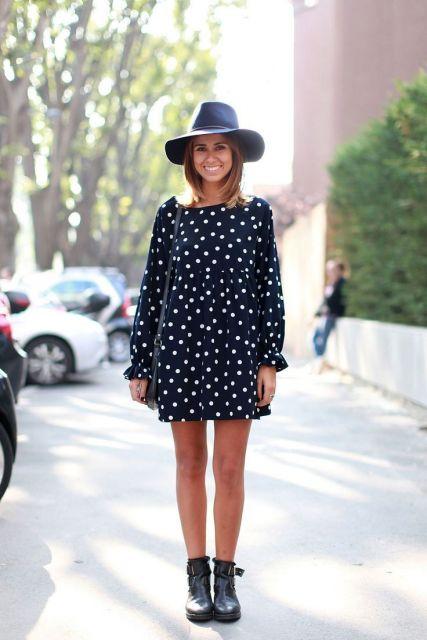 Modelo usa vestido de bolinha com bota preta e chapéu.