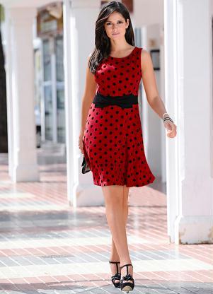 2a88b5d8f Modelo veste vestido vermelho com bolinhas pretas, cinto e sapato na mesma  cor.