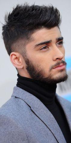 Cantor Zayn Malik olhando para o lado com cabelo e barba degradê.