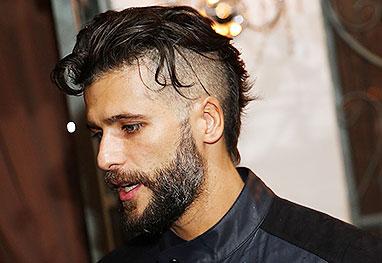 O ator Bruno Gagliasso de perfil com cabelo raspado nas laterais e uma barba degradê