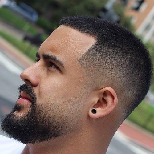 Homem de perfil com barba degradê