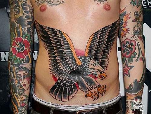 Tatuagem de águia old school em barriga masculina
