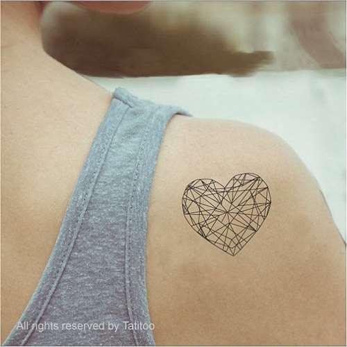 Tatuagem de um coração preenchido por formas geométricas