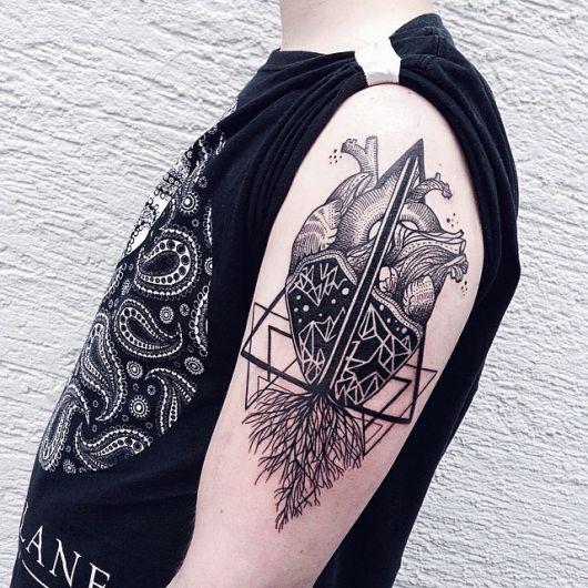 Tatuagem muito complexa de um coração realista que engloba elementos geométricos em sua composição