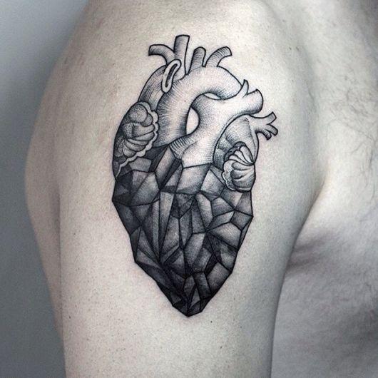 Tatuagem de uma coração realista com elementos geométricos na parte inferior