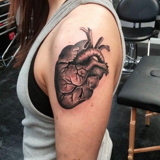 Coração de uma coração realista no ombro de uma mulher com bastante sombreamento