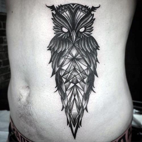 Tatuagem de coruja geométrica na barriga de um homem