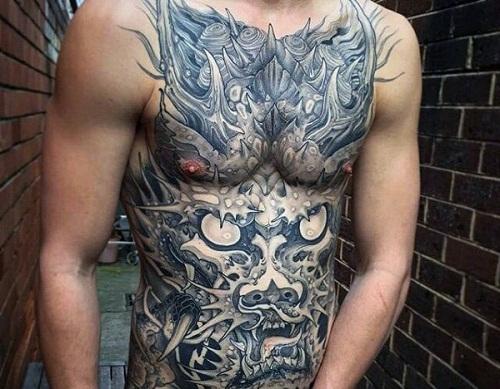 Tatuagem de dragão oriental preenchendo a barriga de um homem