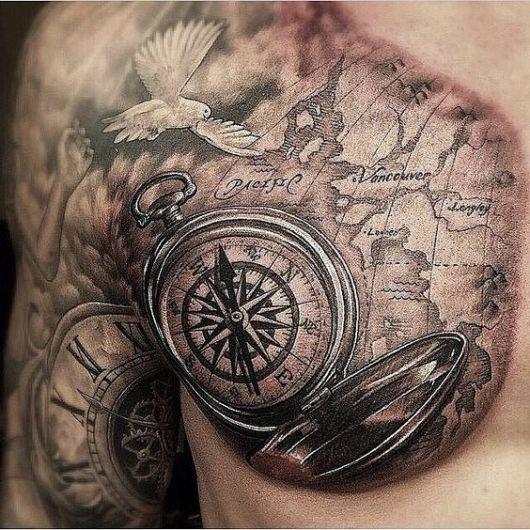 Tatuagem de um bússola sobre um mapa no peito de um homem