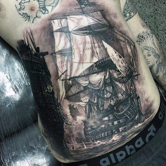 Navio realista tatuado na barriga de um homem