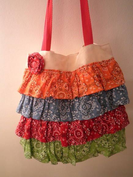 Modelo de bolsa com babados nas cores laranja, azul, vermelho e verde.