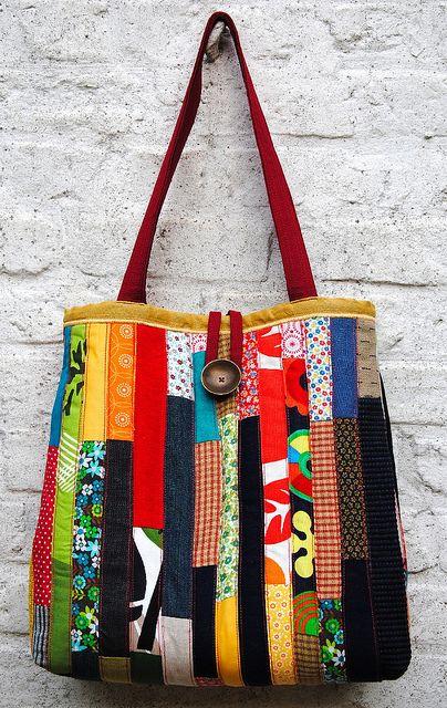 Modelo de bolsa grande com remendos em cores variadas e coloridas.