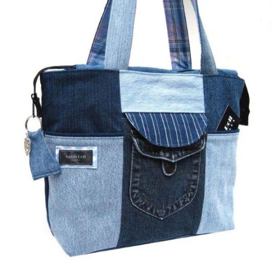 Modelo de bolsa jeans com bolsos, nas cores azul forte e mais fraco.