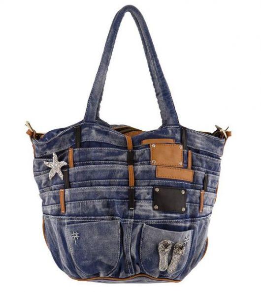 Modelo de bolsa jeans azul desbotada com muitos detalhes de bolsos e etiquetas.