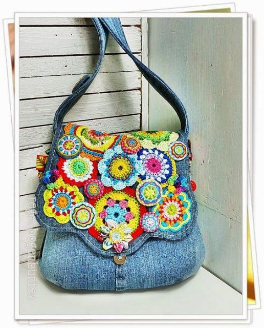Modelo de bolsa jeans azul clara com flores coloridas nas cores amarelo, azul, rosa, vermelho, verde e laranja.