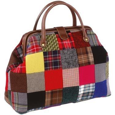 Modelo de bolsa de tecido com zíper, trabalhada em remendos nas cores amarelo, preto, estampados variados, cinza e azul bic.