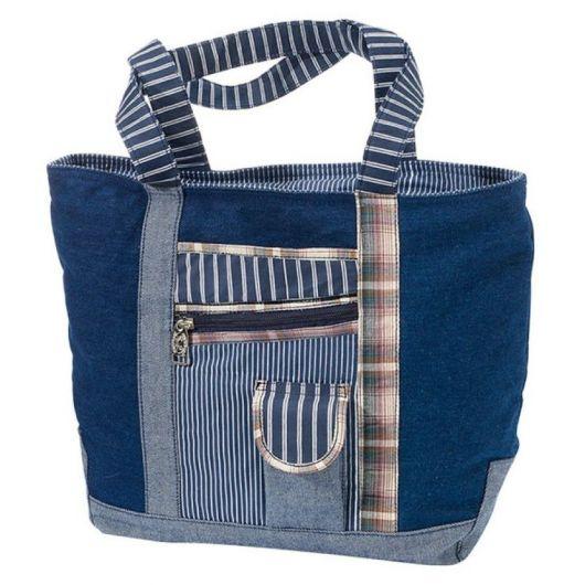 Modelo de bolsa com eans com detalhes listrados e zíper, com bolsinho.