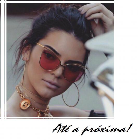 Kendall Jenner  usa brincos de argola grande fininhos com oculos.