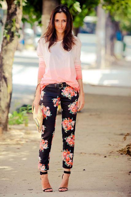 Modelo usa calça estampada rosa com preto, blusa branca com rosa larguinha e sandália preta.