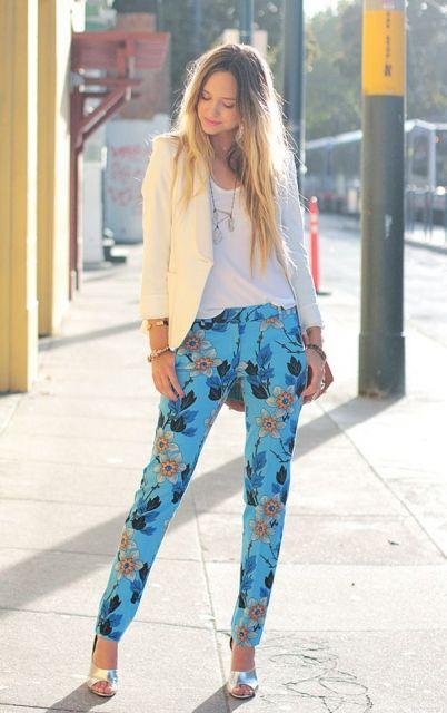 Modelo usa calça estampa de azul claro, blusa branca e blazer creme com sapato nude.