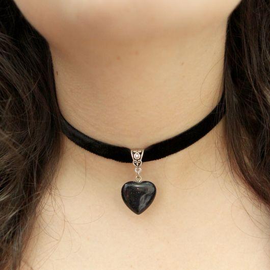 Modelo usa colar de couro preto com cordão grosso.