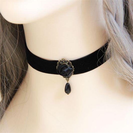 Modelo usa colar de couro preto largo com pedra obsidiana preta.