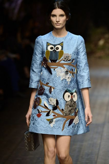 Modelo usa vestido azul com patches grandes de coruja.